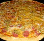 Пицца с сосисками и маринованным огурцом