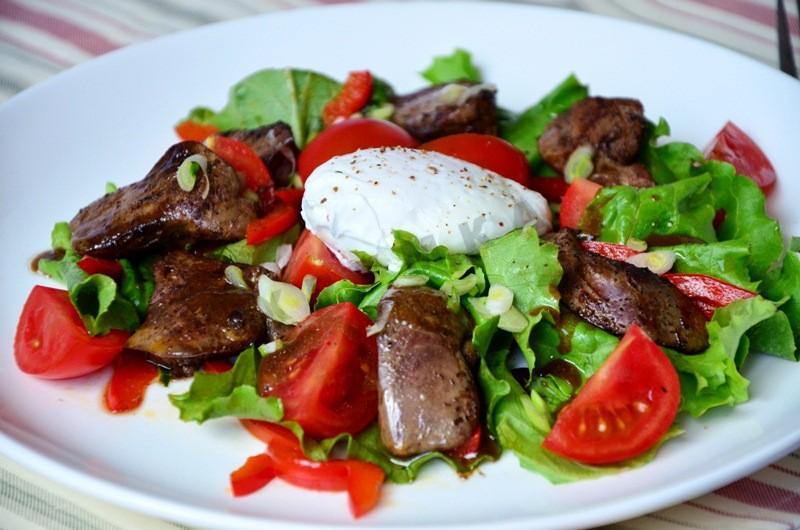 Тёплый салат с печенью и  рукколой